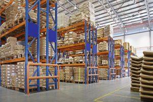 एक कारखाने में बहुपरत रैक के साथ गोदाम